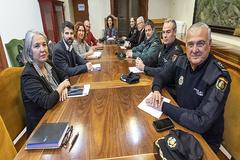 Representantes del Consell de Mallorca y de la Delegación del Gobierno se reúnen con la Policía Nacional y la Guardia Civil, este miércoles, en Palma.