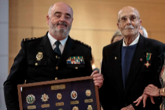 El jefe superior de Policía de la Comunidad, Jorge Zurita, entrega la distinción a Luis Muñoz.