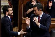 Pablo Casado (i) y Pedro Sánchez en el Congreso, en la investidura del presidente del Gobierno.