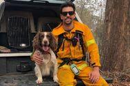 La perra Taylor posa con su entrenador Ryan Tate