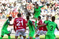GRAF290. MURCIA.- El delantero marroquí del CD Leganés Youssef <HIT>En-Nesyri</HIT> (arriba), remata hacia la portería del Real Murcia, durante el partido de la segunda eliminatoria de la Copa del Rey que disputaron este sábado en el estadio Enrique Roca de Murcia.