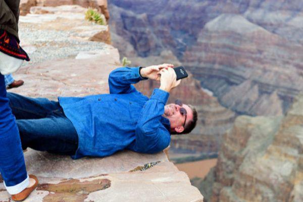 Un turista intenta hacerse un selfie en el Gran Cañón del Colorado.
