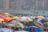Playa de Levante de Benidorm llena de gente, en una imagen de archivo.