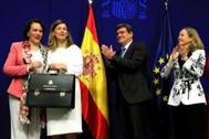 La vicepresidenta Nadia Calviño, aplaude a Yolanda Díaz durante su toma de posesión ante José Luis Escrivá y Magdalena Valerio.