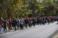Migrantes hondureños caminan cerca de Esquipulas (Guatemala), en una nueva Caravana Migrante.