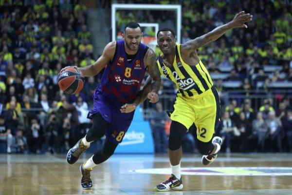 Istanbul (Turkey).- <HIT>Barcelona</HIT>&apos;s Adam Hanga (L) in action...