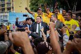 El diputado José Brito saluda a un grupo de personas tras salir del Tribunal Supremo de Justicia, en Caracas.