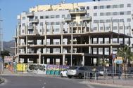 El edificio que será expropiado está situado en la calle María Rosa Molas y Calderón de la Barca.