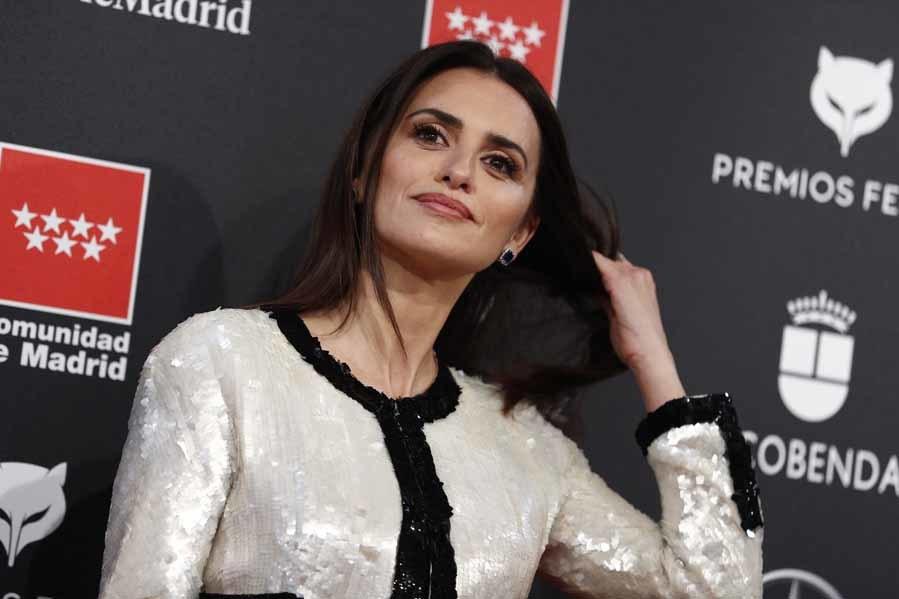 Penélope con un vestido negro y blanco de <strong>Chanel.</strong> El clásico diseño de Coco reconvertido gracias a las lentejuelas, en sustitución del tweed.