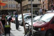 Vehículos aparcados en la zona centro de Burriana.
