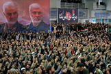 Miles de personas escuchan el sermón de Ali Jamenei en Teherán.