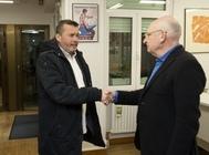 Javier Martínez saluda a Víctor García, responsable Institucional del PSE-EE de Álava hoy en Vitoria.