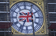 La bandera británica ondea frente al Big Ben, en Londres.