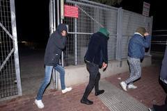 Los jóvenes afganos acusados de las violaciones en Murcia, en el momento en el que quedan en libertad.