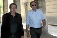 El ex director general de Trabajo Daniel Rivera (a la derecha), a las puertas de los juzgados de Sevilla.
