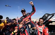 Carlos Sainz celebra su tercera victoria en el Dakar.