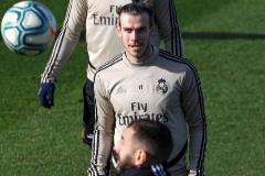 GRAF3396. MADRID.- Los jugadores del Real Madrid, el galés Gareth <HIT>Bale</HIT> (arriba) y el francés Karim Benzema, durante el entrenamiento realizado este viernes en la Ciudad Deportiva de Valdebebas en la víspera del partido de la vigésima jornada de Liga de Primera División que el equipo disputa ante el Sevilla en el Santiago Bernabéu.