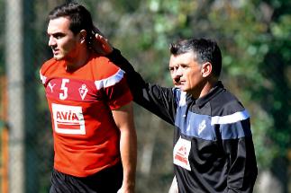 Mendilibar hace una carantoña a Escalante durante un entrenamiento.