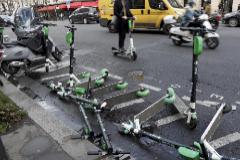 Patinetes de Lime saboteados en París para evitar que rompieran las protestas en la ciudad.
