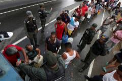 Colas en Caracas para conseguir agua.