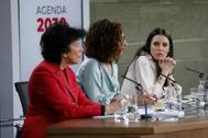 La ministra de Igualdad, Irene Montero, mira a sus compañeras de Gobierno Isabel Celaá y María Jesús Montero.