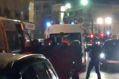 Cerco a Macron en las protestas: obligan a que sea evacuado de un teatro  e incendian un local que frecuenta
