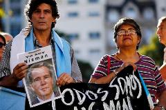 Manifestantes con una imagen de Nisman en Buenos Aires.
