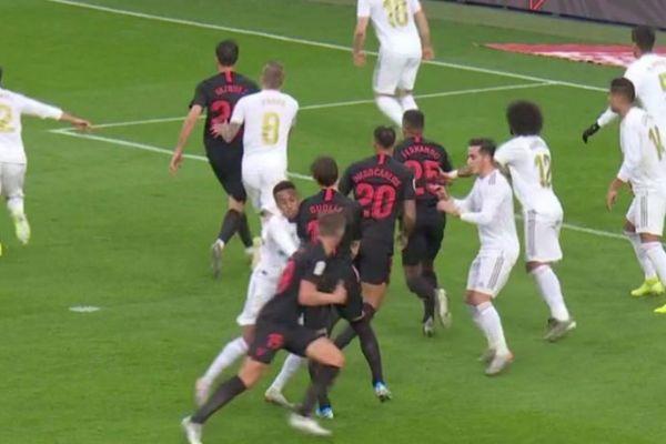 Momento en el que Gudelj bloquea a Militao antes del gol de De Jong.