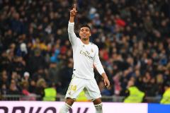 Casemiro, con hacha y con guantes, eleva al Madrid ante un buen Sevilla