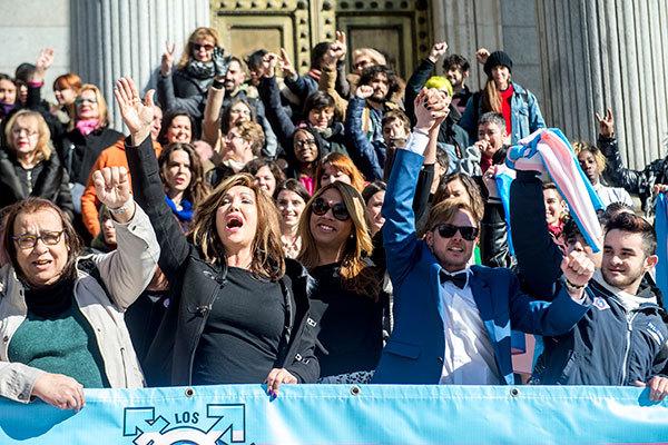 Activistas en la presentación de la ley de derechos transexuales de...