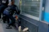 Abren una investigación tras difundirse un vídeo de un policía golpeando a un manifestante herido