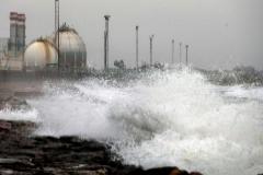 La Policía ordena desalojar una urbanización de la playa por el oleaje y las fuertes rachas de viento
