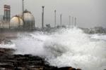 La Policía de Valencia ordena desalojar una urbanización de la playa por el oleaje y las fuertes rachas de viento