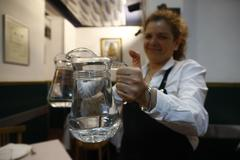 La odisea de conseguir una jarra de agua en un restaurante