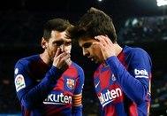 Messi y Puig hablan durante el encuentro contra el Granada.