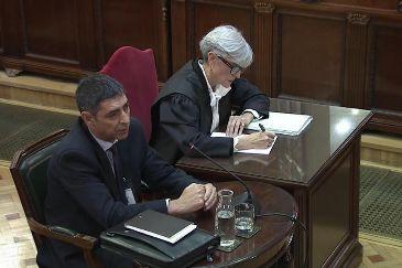 El mayor de los Mossos Josep Lluís Trapero, junto a su abogada, Olga Tubau, durante su declaración como testigo en el juicio del procés en el Tribunal Supremo.