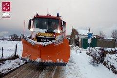 La máquina quitanieves del Consorcio de Bomberos de Castellón despeja una carretera de nieve