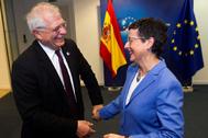 La ministra Arancha González Laya saluda al alto representante de la UE para Asuntos Exteriores, Josep Borrell.
