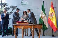 Juan Manuel Moreno y Juan Marín se saludan tras el acto de toma de posesión del nuevo gobierno andaluz, en enero de 2019.