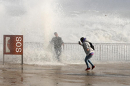Unos turistas se fotografían en la playa de la Barceloneta azotada por la borrasca Gloria