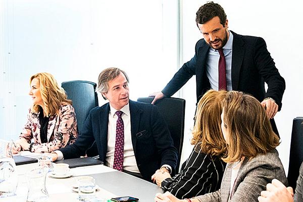 Pablo Casado charla con algunos de los vicesecretarios del PP en el...