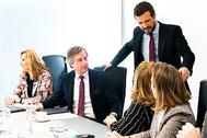 Pablo Casado charla con algunos de los vicesecretarios del PP en el Comité de Dirección.