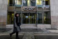 Una mujer camina por delante de la sede del sindicato <HIT>CFDT</HIT>, en París.