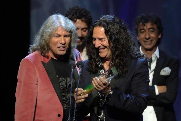 El cantaor José Mercé y el guitarrista Tomatito tras recibir el premio al 'Mejor Álbum Flamenco' durante la entrega de los Premios Odeón 2020