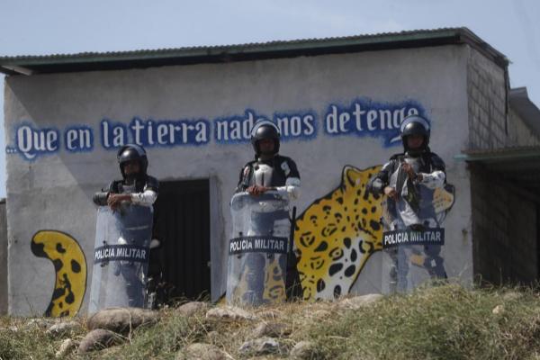 La Policía Militar mexicana, apostada en la frontera con Guatemala para frenar el avance de la caravana migrante.