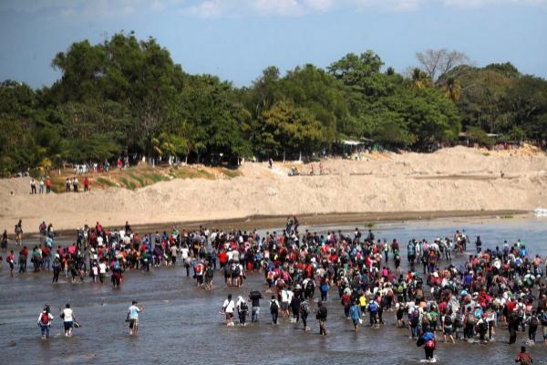 La Caravana Migrante cruza el río Suchiate, en la frontera entre Guatemala y México.