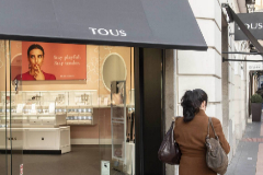 Una mujer pasa junto a una tienda de Tous.