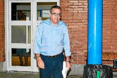 El ex jefe de la Policía Local de Calvià José Antonio Navarro, saliendo con cargos de la cárcel de Palma en 2014. JORDI AVELLÀ