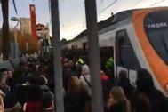 Los viajeros se bajaron del tren en la estación de Montgat.