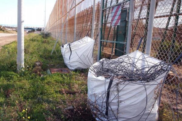 Trabajos de retirada de la tercera valla de Melilla.